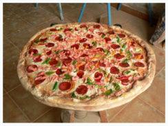 pizza 244x183 - Ficticios publicitarios: Objetos y alimentos. Naturales y gigantes